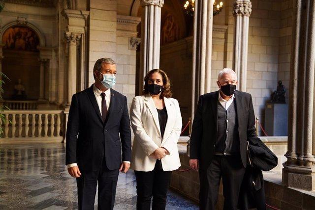 L'alcaldessa de Barcelona, Ada Colau, al costat del primer tinent d'alcalde, Jaume Collboni, i el líder d'ERC a l'Ajuntament de Barcelona, Ernest Maragall.
