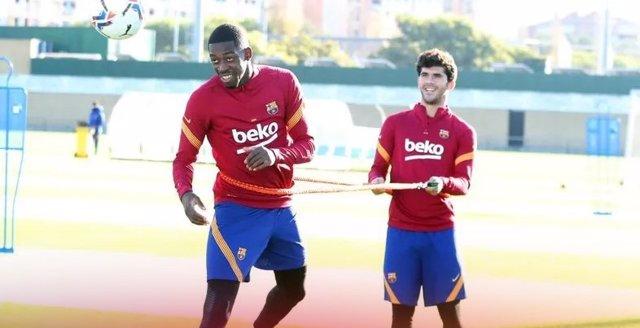 El davanter del FC Barcelona Ousmane Dembélé torna entrenar amb el grup