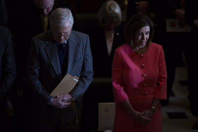 El líder de la mayoría republicana en el Senado estadounidense, Mitch McConnell, y la presidenta de la Cámara de Representantes, Nancy Pelosi.