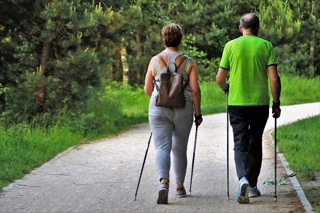 Personas mayores andando, ejercicio. Ponerse en forma.