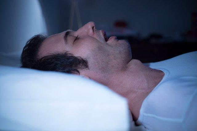 Apnea del sueño, hombre durmiendo.