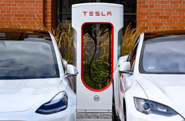 10 September 2020, Berlin: Tesla Model 3 (L) and Model S park next to a new Tesla Supercharger station at Euref Campus Berlin. Photo: Jens Kalaene/dpa-Zentralbild/dpa