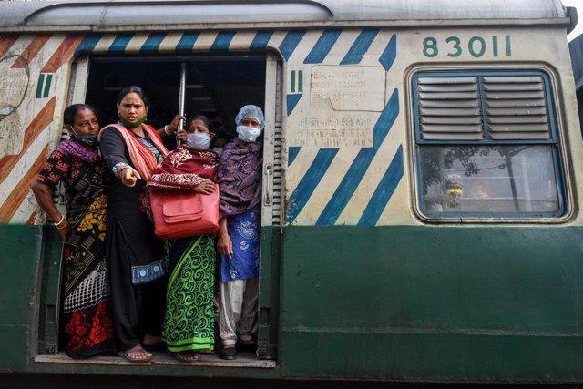 Pasajeros en un tren en Calcuta