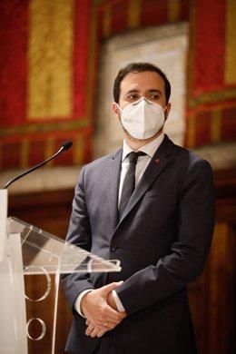El ministro de Consumo y líder de IU, Alberto Garzón interviene en rueda de prensa después de una reunión de trabajo en el Ayuntamiento de Barcelona, Catalunya (España), a 17 de diciembre de 2020.