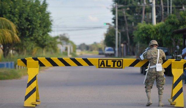 Un militar boliviano en Trinidad durante la pandemia de COVID-19.