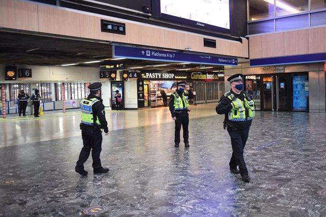Diversos policies en una estació de Londres.