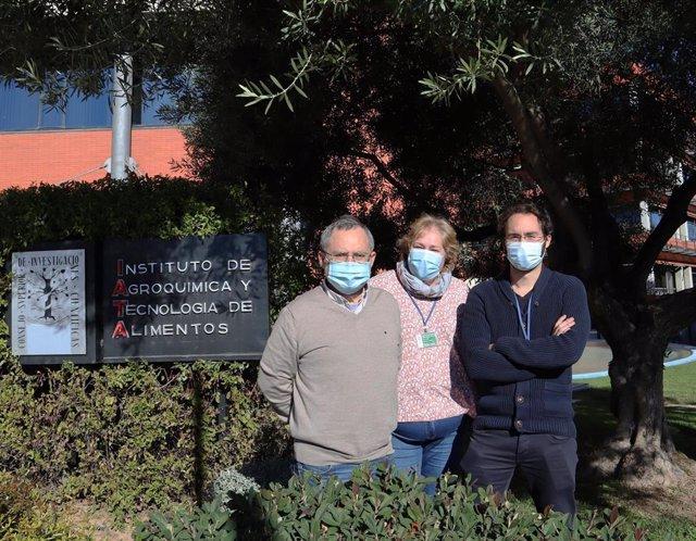 Grupo de investigación Estructura y Función de Enzimas del IATA, de izquierda a derecha: Julio Polaina Molina, Paloma Sánchez Torres y David Talens Perales.