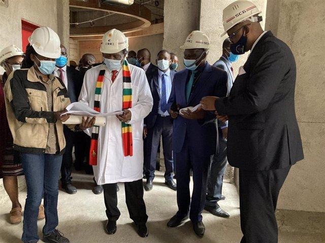 El presidente de Zimbabue, Emmerson Mnangagwa, visita las obras de un nuevo edificio del Parlamento