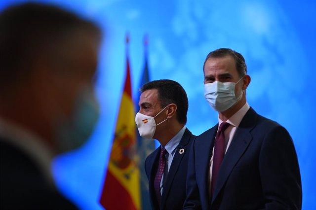 El presidente del Gobierno, Pedro Sánchez (i), y el Rey Felipe VI (d), durante el acto de conmemoración del 75 aniversario de la entrada en vigor de la carta de las Naciones Unidas, en el Palacio Real de El Pardo, El Pardo, Madrid, (España), a 10 de novie
