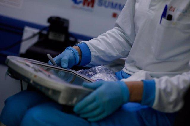 Una sanitaria consulta una tablet durante el cambio de guardia de la unidad móvil durante un día de trabajo del Servicio de Urgencia Médica (SUMMA 112) en el estado de alarma por la pandemia del coronavirus, en Madrid (España) a 26 de abril de 2020.