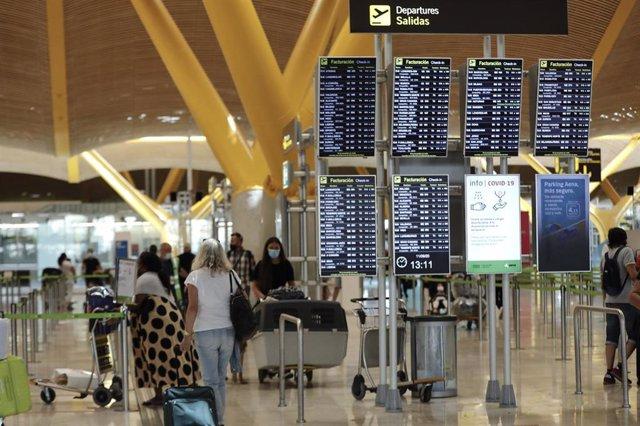Cvirus.-El Gobierno prorroga las restricciones para viajar a España desde terceros países hasta el 31 de octubre