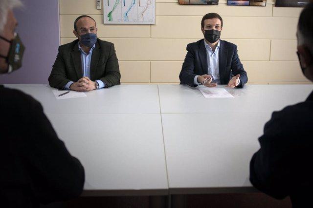 El  president del PPC, Alejandro Fernández, i  el president del PP, Pablo Casado, en una reunió amb les confraries de pescadors de Roses (Girona).