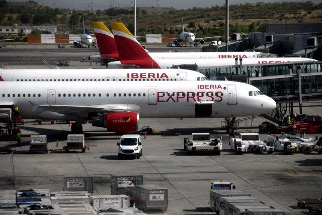 Aviones de Iberia Express en la terminal T4 del Aeropuerto de Madrid-Barajas Adolfo Suárez, en Madrid (España), a 27 de julio de 2020. Desde ayer está en vigor la orden del gobierno del Reino Unido que impone a los viajeros procedentes de España pasar dos