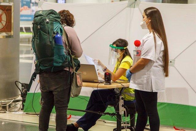 El personal del control COVID-19 revisando la acreditación de la prueba en un aeropuerto de Canarias