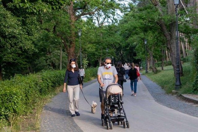 Una familia paseando por un parque en Roma