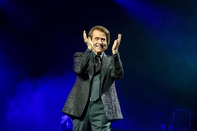 El cantante Raphael durante su concierto en el Wizink Center en Madrid (España), a 19 de diciembre de 2020.