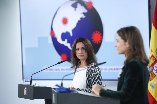 (i-d) La Secretaria de Estado de Sanidad, Silvia Calzón, y la directora de la Agencia Española de Medicamentos y Productos Sanitarios, María Jesús Lamas, durante una rueda de prensa en Moncloa, en Madrid (España), a 21 de diciembre de 2020.