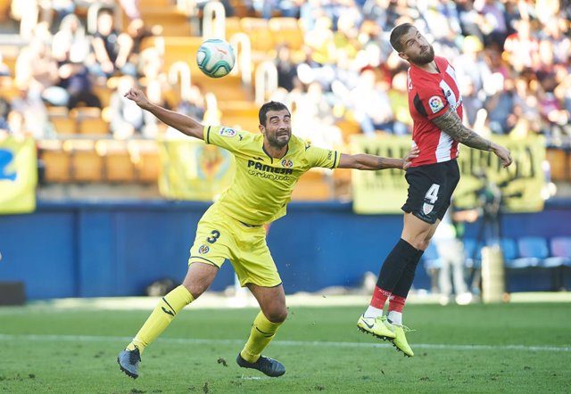 Raul Albiol of Villarreal and Inigo Martinez of Athletic Club de bilbao during the La Liga Santander match between Villarreal CF and Athletic Club de Bilbao at Estadio de la Ceramica on November 3, 2019 in Vila-real, Spain
