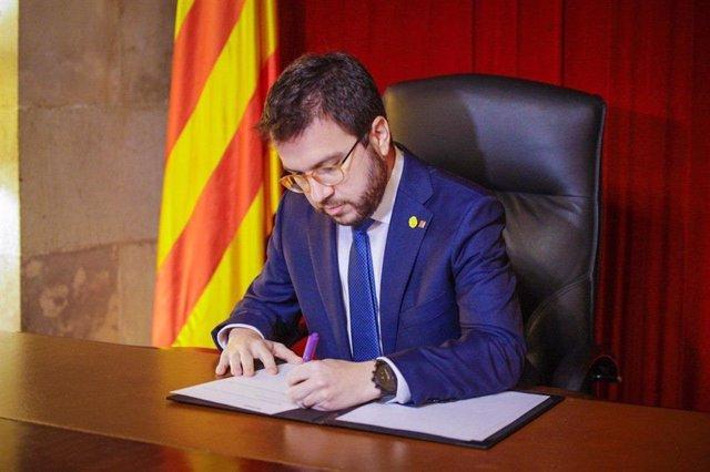 El vicepresident de la Generalitat, Pere Aragonès, signa el decret de convocatòria d'eleccions pel 14 de febrer.