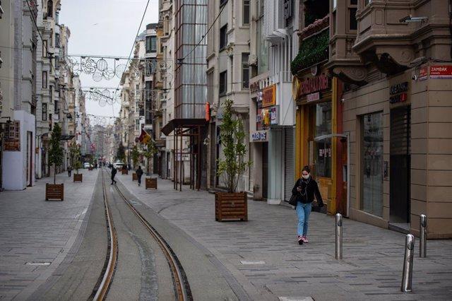 Una mujer con mascarilla en Estambul, Turquía, en medio de la pandemia de coronavirus