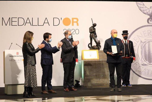 Meritxell Budó, Pere Aragonès i Quim Torra lliuren la Medalla d'Or de la Generalitat a Lluís Llach.