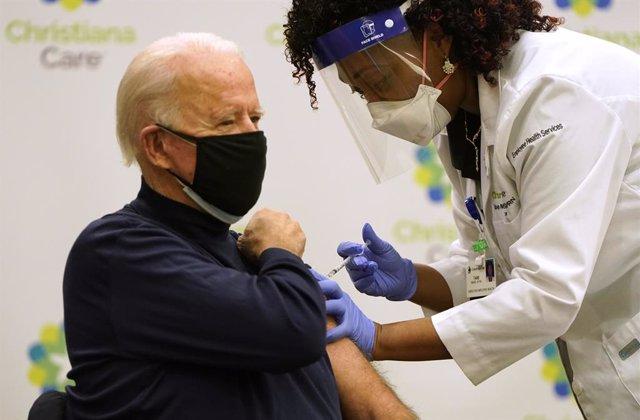 El presidente electo de Estados Unidos, Joe Biden, recibe la primera dosis de la vacuna contra el coronavirus