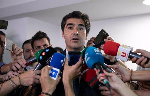 Fallece el ex sevillista Reyes en un accidente de tráfico. El presidente del Betis, Ángel Haro.