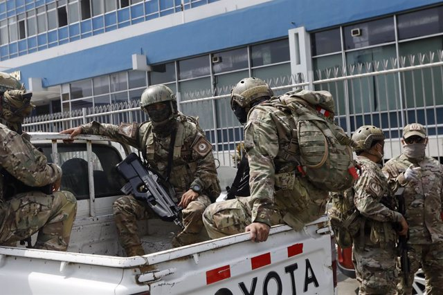 17 March 2020, Peru, Lima: Peruvian army patrol at the second day of mandatory quarantine after Coronavirus (COVID-19) health alert in Lima. Peru close its borders and called on citizens to self-quarantine for 15 days to curb the spread of coronavirus. Ph