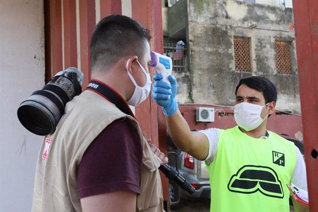 Toma de temperatura en Asunción, Paraguay, por el coronavirus