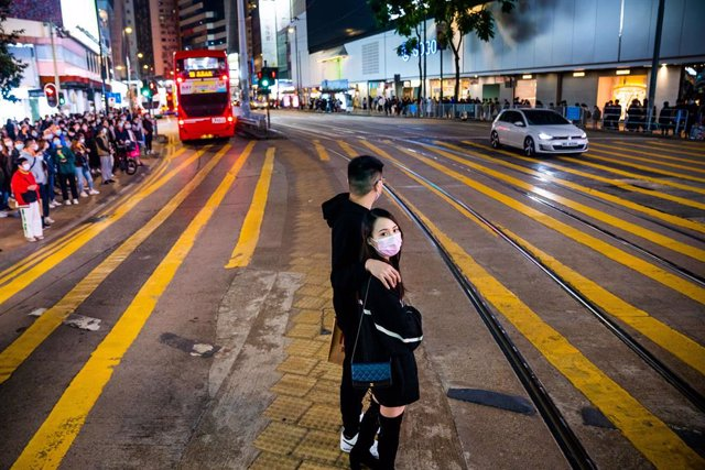 20 December 2020, China, Hong kong: People are seen wearing facemasks as preventive measure against the spread of coronavirus as wait to cross the road in a shopping area. Photo: Geovien So/SOPA Images via ZUMA Wire/dpa