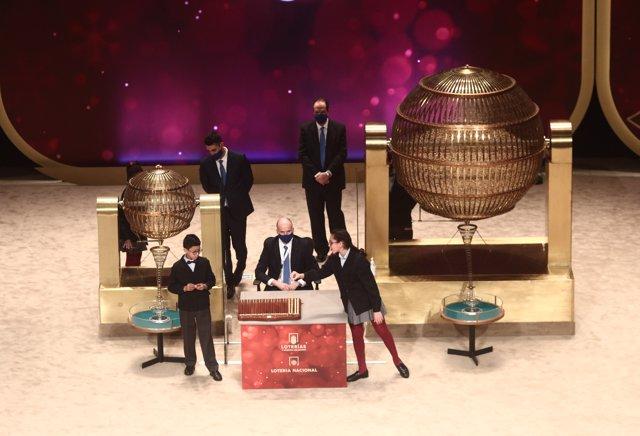 Dos de los niños de la residencia de San Ildefonso Salvador Constantin Roaan y Noura Akrouh cantan alguno de los premios