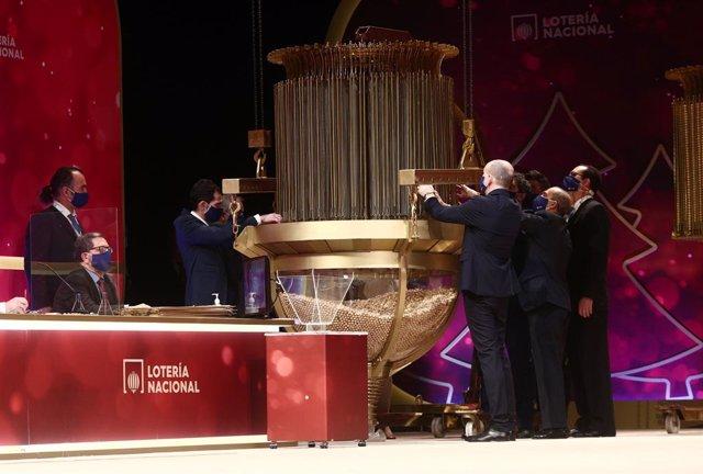 Diverses persones comproven les boles del Sorteig abans de la celebració del Sorteig Extraordinari de la Loteria de Nadal 2020 en el Teatre Real de Madrid (Espanya), a 22 de desembre de 2020.