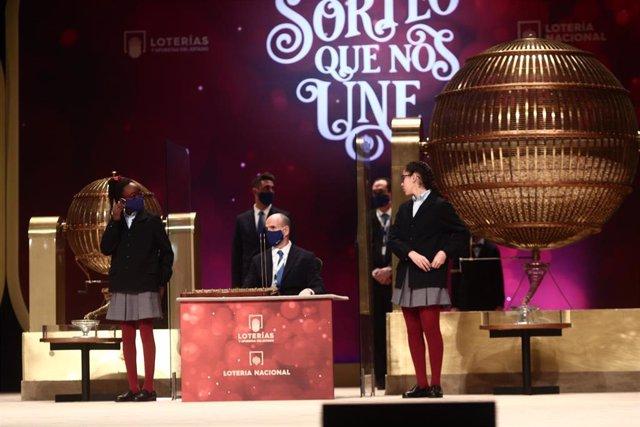 Dos de las niñas de la residencia de San Ildefonso cantan uno de premios de la Lotería de Navidad, durante la celebración del Sorteo Extraordinario de la Lotería de Navidad 2020 en el Teatro Real de Madrid (España), a 22 de diciembre de 2020.