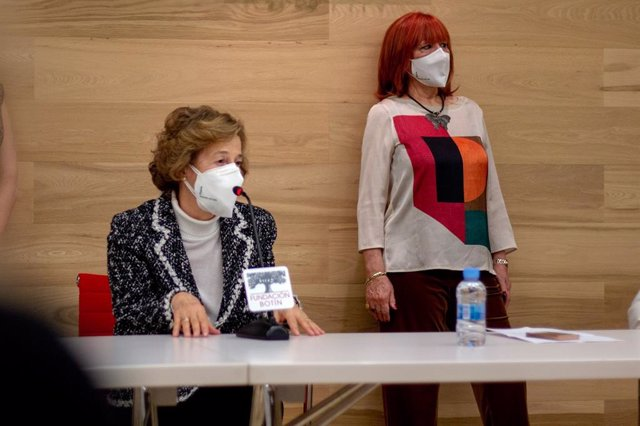 Julia Navarro amadrina la mascarilla solidaria homologada 'La esperanza vuela'