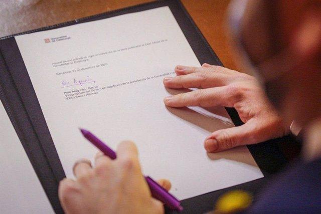 El vicepresident de la Generalitat, Pere Aragonès, signa el decret de dissolució del Parlament i la convocatòria d'eleccions.