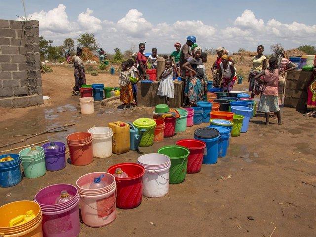 Desplazados por la violencia recogen agua en Metuge, Cabo Delgado