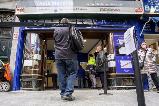 Varias personas hacen cola para entrar a la administración de lotería Doña Manolita donde se venden boletos para el Sorteo Extraordinario de la Lotería de Navidad 2020, Madrid (España), a 4 de noviembre de 2020. A un mes y medio del tradicional sorteo, la