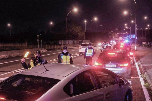 Un control de la Policía Local en Santiago de Compostela, A Coruña, Galicia (España), el 17 de diciembre de 2020, tras restablecerse el cierre perimetral de la ciudad por la evolución de la pandemia de COVID.