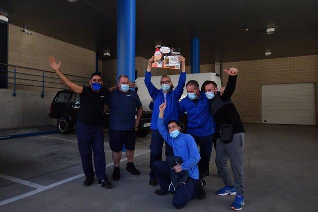 Treballadors de la fàbrica Teixidó, amb el primer premi del Sorteig Extraordinari de Nadal 2020, a la seu de l'empresa a Riudecols (Tarragona). 22 de desembre del 2020.