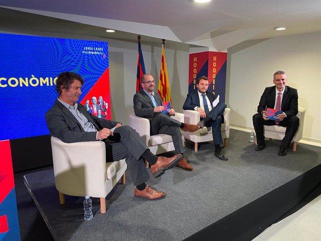 El precandidato a la presidencia del FC Barcelona Jordi Farré (segundo por la izquierda), en un acto de campaña en su sede electoral