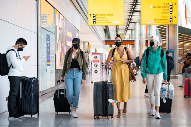 22 August 2020, England, London: Passengers walk in the arrivals hall at Heathrow Airport, after a flight from Croatia landed. The UK government announced that from today, Saturday, travellers arriving from Croatia, Austria and Trinidad and Tobago will ha
