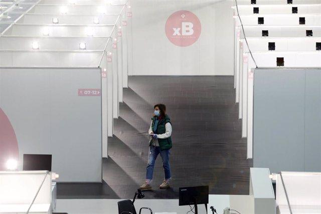 Una mujer pasa por los pasillos que comunican