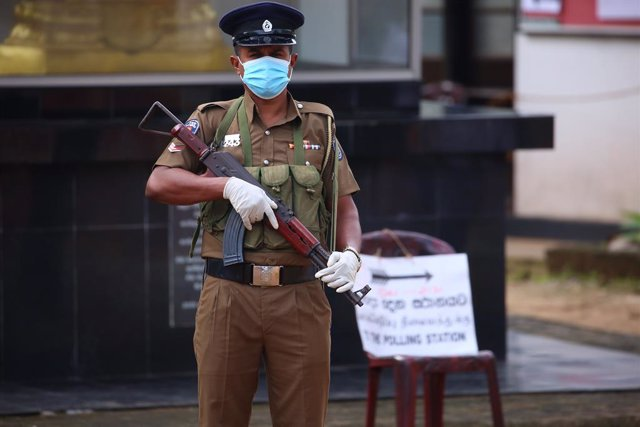 05 August 2020, Sri Lanka, Colombo: A Police personnel stands guard outside a polling station during the parliamentary election. Photo: Pradeep Dambarage/ZUMA Wire/dpa