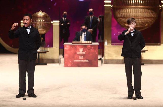 Dos de los niños de la residencia de San Ildefonso, Alexander René Herrera (i) y Unai Barón Maldonado (d) cantan el `Gordo de la Lotería de Navidad, el `72.897