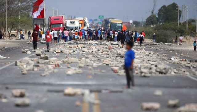 21 December 2020, Peru, Ica: Workers of the Agro Exporters block a road during a protest for not approving the new agricultural law. Photo: El Comercio/GDA via ZUMA Wire/dpa