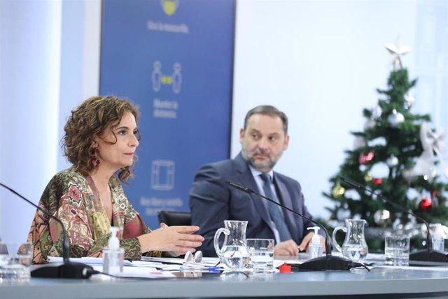 La ministra portavoz y de Hacienda, María Jesús Montero, y el ministro de Transportes, Movilidad y Agenda Urbana, José Luís Ábalos, comparecen en rueda de prensa posterior al Consejo de Ministros en Moncloa, Madrid (España), a 22 de diciembre de 2020.