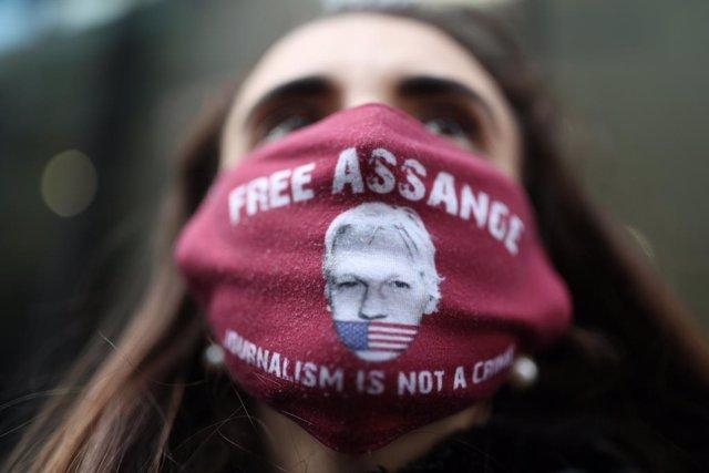 Una manifestante a favor de la liberación de Julian Assange.