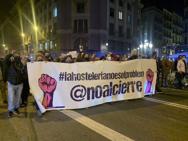 Unos 800 trabajadores del sector hostelero y ocio nocturno catalán se concentran en la plaza Sant Jaume de Barcelona en protesta contra las restricciones aplicadas a causa del Covid-19, el 21 de diciembre de 2020.