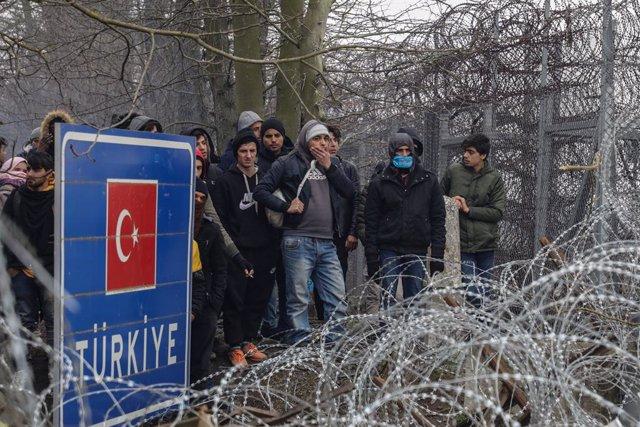 Migrantes y refugiados en la frontera entre Turquía y Grecia