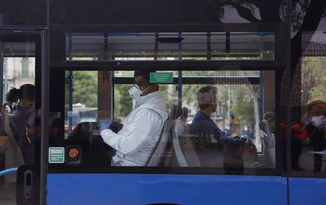 Viajeros en un autobús de Palma.